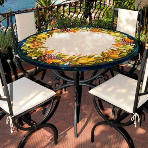 фото Стіл і стільці для саду. Стільниця з натурального вулканічного каменю, кована основа. Колекція Ceramic Deruta, Італія