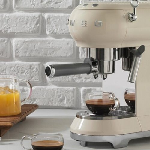 фото Кофеварка с капучинатором. Использование как молотого кофе, так и зерна. Smeg, Италия
