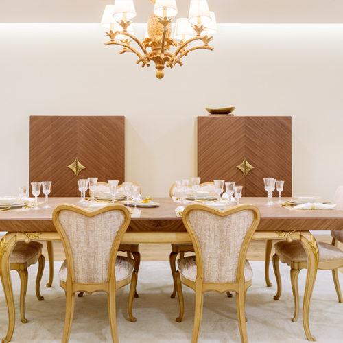 фото Меблі для їдальні. Обідній стіл і стільці. Масив, ручна різьба по дереву. Колекція Lotus, Португалія