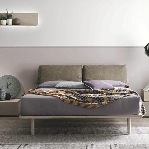 Кровать в современном стиле. Дерево, шпон. Мягкое изголовье с пуховым наполнением. Возможен контейнер для белья. Коллекция Рiuma, Италия