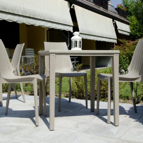 фото Комплект меблів для саду. Стіл і стільці з високоміцного пластика, Італія