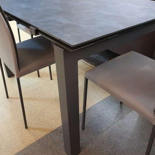 фото Стіл розкладний. Металевий каркас. Стільниця із загартованого, керамічного скла. Колір сірий темний. Колекція Aliante, Італія.