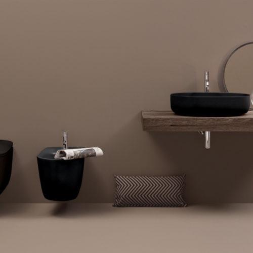 Фото Комплект для ванной комнаты. Столешница из натурального дерева с подвесной раковиной.