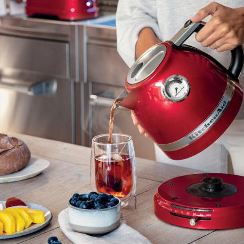 Чайник електричний червоного кольору. Регульована температура нагріву від 50 ° C до 100 ° C. KitchenAid, США