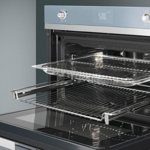фото Компактный многофункциональный духовой шкаф, комбинированный с микроволновой печью. Ширина 60 см. Smeg SF4120MCS, Италия