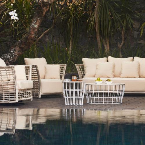 фотоКомплект меблів для тераси, саду, басейну. Білий техноротанг, алюмінієвий каркас. Подушки з акрилового полотна з вологостійким наповнювачем. Колекція Villa Natural, Іспанія.