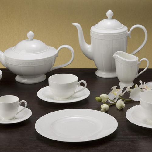 Белый фарфор премиум класса с нежными цветочными изгибами. Ассортимент включает чайный и столовый сервизы, блюда, салатники, тарелки. Коллекция White Pearl Villeroy&Boch, Германия