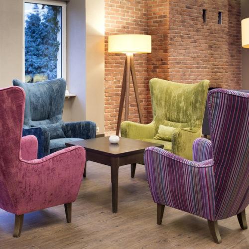 фото Кресло с высокой спинкой. Натуральное дерево, износоустойчивая мебельная ткань. Коллекция London, Польша