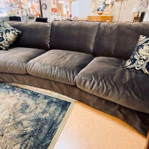 фото Диван для гостиной или кабинета полукруглой формы, нераскладной. Натуральное дерево, подушки и сиденья с пуховым наполнением. Коллекция Viktoria, Швеция