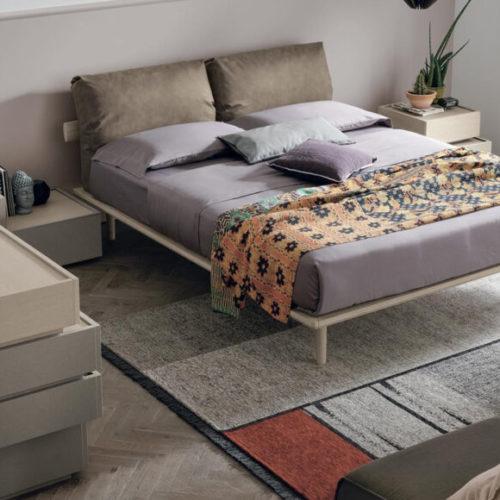 фото Спальня. Натуральное дерево, шпон. Кровать с мягким изголовьем. Основание лакированное матовое или глянцевое. Коллекция Piuma, Италия