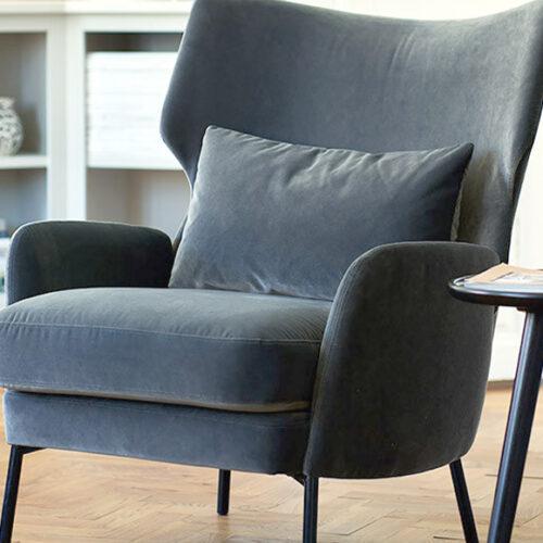 Кресло с высокой спинкой и подушкой. Дерево, велюр, ноги металлические. Коллекция Аlex, Швеция