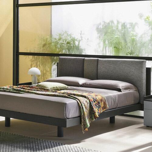 Кровать в современном стиле. Мягкое изголовье. Каркас из шпонированного дерева. Обивка ткань, эконубук, экокожа, кожа. Коллекция Nikki, Италия