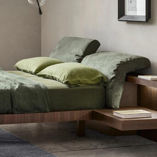 Кровать в современном стиле. Мягкое изголовье. Каркас из шпонированного дерева. Обивка ткань, эконубук, экокожа, кожа. Коллекция Мorfeo, Италия